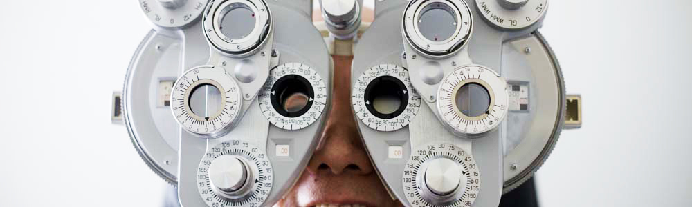 Eye examination using a refractor head